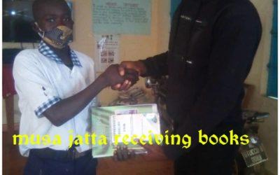 Musa Jatta ontvangt schoolboeken